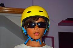 Muchacho en casco del monopatín imágenes de archivo libres de regalías