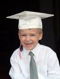 Muchacho en casquillo de la graduación Fotografía de archivo