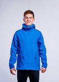Muchacho en chaqueta de deportes azul, hombre joven, tiro del estudio Foto de archivo