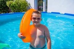 Muchacho en divertirse en la piscina imagenes de archivo