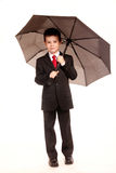 Muchacho en dresscode oficial con un paraguas Imagen de archivo