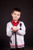 Muchacho en dresscode oficial con un putter Foto de archivo libre de regalías