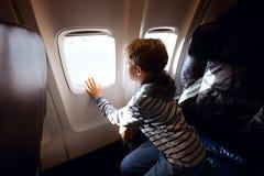 Muchacho en el avión imagen de archivo