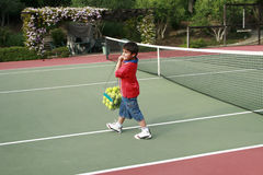 Muchacho en el campo de tenis Imágenes de archivo libres de regalías