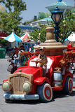Muchacho en el coche del juguete en el toontown de los mickey Imágenes de archivo libres de regalías