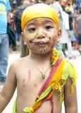 Muchacho en el festival de las vacas Gaijatra