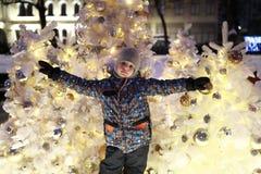 Muchacho en el fondo del árbol de navidad foto de archivo libre de regalías