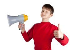 Muchacho en el jersey rojo que sostiene el megáfono Imágenes de archivo libres de regalías
