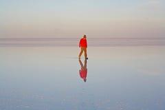 Muchacho en el lago de sal de Uyuni foto de archivo libre de regalías