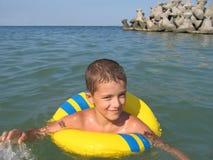 Muchacho en el mar Fotos de archivo