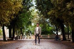 Muchacho en el parque Hombres y árboles Foto de archivo libre de regalías