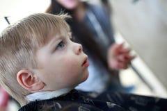 Muchacho en el peluquero Fotos de archivo