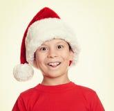 Muchacho en el retrato del sombrero del ayudante de santa - concepto de la Navidad de las vacaciones de invierno Fotografía de archivo libre de regalías