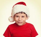 Muchacho en el retrato del sombrero del ayudante de santa - concepto de la Navidad de las vacaciones de invierno Imagen de archivo libre de regalías