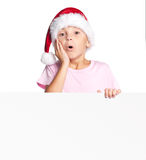 Muchacho en el sombrero de Papá Noel con el espacio en blanco Imágenes de archivo libres de regalías