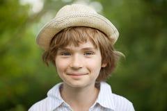 Muchacho en el sombrero tejido de la camisa rayada Fotos de archivo