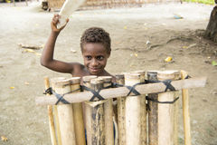 Muchacho en el tambor - Océano Pacífico de la isla Foto de archivo libre de regalías