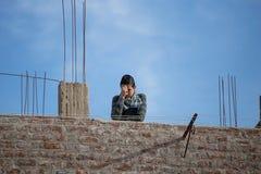 Muchacho en el tejado de su hogar Imagen de archivo libre de regalías