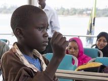 Muchacho en el transbordador que conecta con la isla de Zanzíbar Fotos de archivo libres de regalías