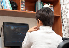 Muchacho en el vector, mirando al monitor Foto de archivo