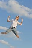 Muchacho en fondo del cielo azul Fotografía de archivo