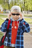 Muchacho en gafas de sol negras Fotografía de archivo