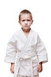 Muchacho en karate del entrenamiento del kimono Foto de archivo