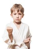 Muchacho en karate del entrenamiento del kimono Imagen de archivo