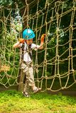 Muchacho en la actividad que sube en el cable de alta tensión Forest Park Imagen de archivo
