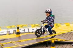 Muchacho en la bici de la balanza Fotos de archivo
