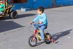 Muchacho en la bici en Banos, Ecuador Fotografía de archivo libre de regalías