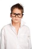 Muchacho en la camisa blanca y vidrios grandes Imagenes de archivo