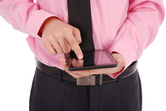 Muchacho en la camisa que sienta y que sostiene una tableta (que señala el finger) Imágenes de archivo libres de regalías