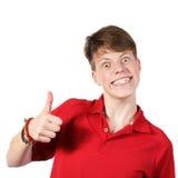 Muchacho en la camisa roja que muestra los pulgares para arriba Foto de archivo