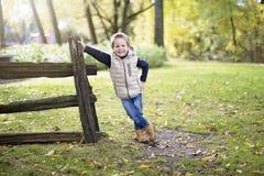 Muchacho en la estación del otoño en un parque Fotografía de archivo libre de regalías