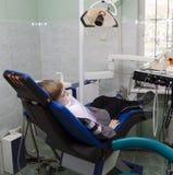 Muchacho en la oficina dental fotografía de archivo libre de regalías