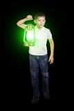 Muchacho en la oscuridad con la linterna verde Fotos de archivo libres de regalías
