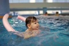 Muchacho en la piscina foto de archivo