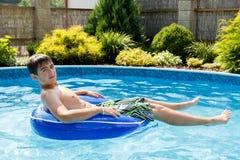 Muchacho en la piscina casera Fotografía de archivo