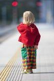 Muchacho en la plataforma ferroviaria fotografía de archivo libre de regalías