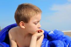 Muchacho en la playa Foto de archivo