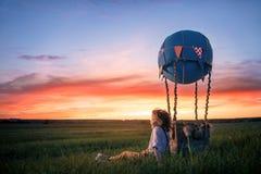 Muchacho en la puesta del sol foto de archivo libre de regalías