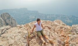 Muchacho en la roca Fotografía de archivo libre de regalías