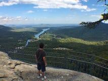 Muchacho en la roca Carolina del Norte de la chimenea imagenes de archivo