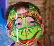 Muchacho en máscara colorida Fotografía de archivo libre de regalías