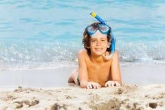 Muchacho en máscara del equipo de submarinismo el vacaciones del mar del verano Fotografía de archivo