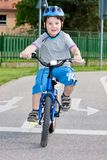 Muchacho en montar en bicicleta Fotografía de archivo