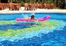 Muchacho en nadar en la piscina Fotos de archivo