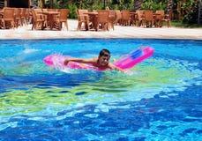 Muchacho en nadar en la piscina Imágenes de archivo libres de regalías