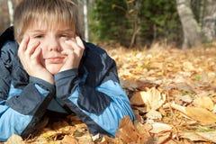 Muchacho en parque del otoño fotografía de archivo libre de regalías